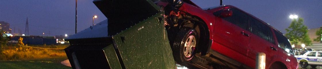 Une voiture rouge en collision avec un transformateur �lectrique vert