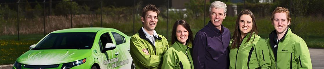 L��quipe de conservation d�Hydro Ottawa avec le Chevrolet Volt en arri�re.