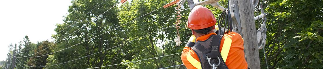 Techniciens en entretien de lignes electriques dans un camion nacelle