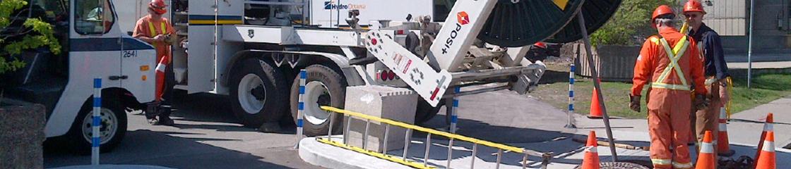 Une �quipe d�Hydro Ottawa installe un c�ble souterrain dans le cadre du Projet de train l�ger sur rail