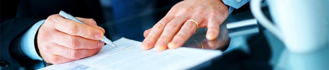 Gros plan sur une main d'homme qui signe un document