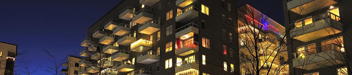 Immeuble de logements la nuit